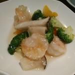 Tenshinhanten - [料理] 主菜 野菜と大エビの塩炒め ①