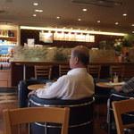 ドトールコーヒーショップ - 席からカウンターの方向を写してみた
