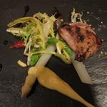63100700 - 温かい前菜:うずら胸肉炭火焼、ホワイトアスパラガス、ピサンリ・ブラン