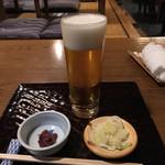 室町砂場 - 生ビール(650円)とお通しの梅くらげ