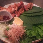 黒十 - 淡路産鶏もも肉の網焼き   包み野菜ともろみ味噌添え