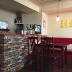 三和園 - テーブル席、奥に厨房