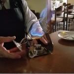 憩 - 「魅惑の炎 アイリッシュ・コーヒー (950円)」は、テーブル席で火をつけて演出してくれます