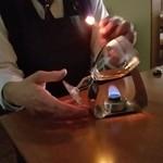 憩 - 程よく熱した後に、グラスの中に火を入れます。