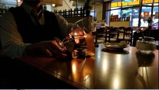 憩 - 店内の照明を落として、アルコールランプに火をつけます