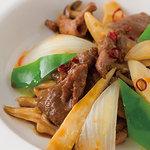 横浜大飯店 - 牛肉の辛し炒め 牛肉をやわらかく下ごしらえし、オイスターソースをベースにピリ辛に仕上げました。