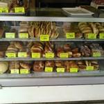 中井パン店 - ショーケースにたくさんのパンがズラーリと並ぶ
