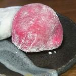 かど丸餅店 - 豆大福とセットで紅さが際立ちます
