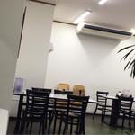 梶屋 - 白い壁、テーブルも白、綺麗です。