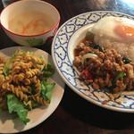 ソンクラン - バジル炒めご飯セット  これにデザートが付いて850円