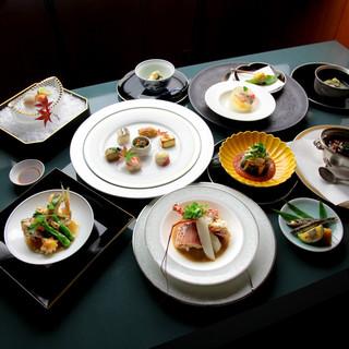 旬の食材を使用した料理の数々をコースで楽しむ