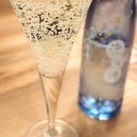 63121228 - スパーリング酒でカンパイ!