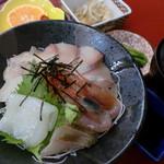 膳処くろひめ - ぜいたく海鮮丼1300円。地魚をあつあつのコシヒカリと一緒にお口に頬張ってはいかがでしょうか。