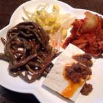 牛國 - ナムル2種、キムチ、肉豆腐、