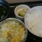 焼肉食堂 韓丼 京都八幡店 - カルビ&ハラミ定食のご飯やサラダ