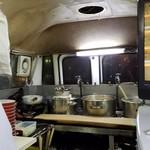 バスラーメン - バスの後部の厨房の様子