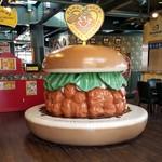 ラッキーピエロ - 入口には「チャイニーズチキンバーガー」のオブジェ