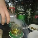 隠れ家bar PTN - 燻された煙が注がれます。スモーキー マンハッタン