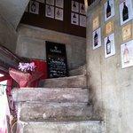 イタリア料理 イル・ヴィネイト - 席は2F。この階段を上ります