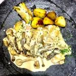 ガストハウス 44 - 骨付き鶏もも肉のアミガサ茸クリーム煮