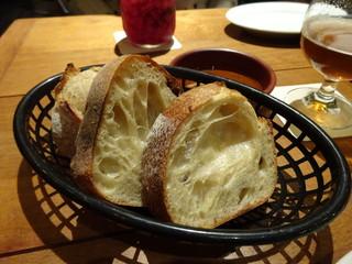 Meat & Bakery TAVERN - お通しの自家製パン