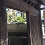 蕎麦 阿き津 - 入口は料亭のようです。