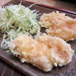 朝日屋 うどん店 - 定番のランチセット + 310円(税込)は、日替わりのおかず(この日は 鶏の天ぷらでした)、ライス、漬物 が付きます。