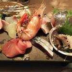 63150148 - (2017念2月 訪問)雲丹付きお刺身膳の刺身、UP。鰺や〆鯖、カンパチの他、牡丹海老や大トロ、鮑まで並ぶ豪華ラインナップ。