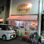 BASTA - お店の入口には車や子供の自転車が置かれています…(笑)
