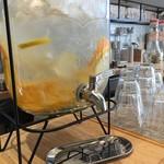 ザ・カリフ キッチン - お水はフルーツウォーター