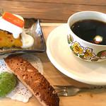 cafe ななつき - 料理写真:コーヒーとお菓子¥800 (2017.2現在)