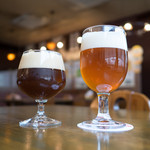 海軍さんの麦酒舘 - ドリンク写真:バーレーワイン(左)、呉吟醸ビール(右)