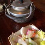 五平餅の太田 - 自家製漬物にぺこぺこアルマイトやかんお茶もええ感じです(^^)