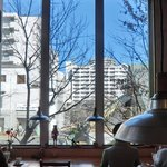 クルミドコーヒー - 店内のテーブル席の風景です