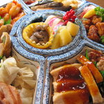 ユミズ ヤム ヤム - 上・左・右:ナマコ酢、黒豆、蒲鉾、数ノ子、エビシュウマイ、鴨燻製、煮豚、肉団子、味噌チキン