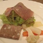 カフー - 前菜は,生ハムと県産豚のパテ。