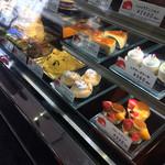エレファン洋菓子 - 店内に並ぶ生菓子たち。クマのケーキは要予約