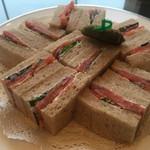 ロビー ラウンジ - スモークサーモンとレッドオニオンのサンドイッチ ¥1,860+サ料10% 2017/02/26(日)訪問