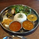 カリー カグラ - 豆スープの他にチキンとキーマカレー