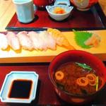 はしもと - サッパリめのにぎり寿司 向こうは散らし寿司