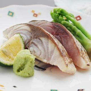 鮨と野菜のマリアージュ。季節の味をたっぷりと味わう。