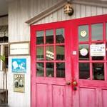 メープル ハニー - 赤いドアが印象的