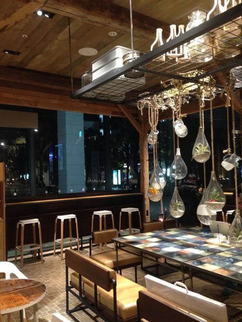 ジェイエス パンケーキカフェ 中野セントラルパーク店 - 窓際のカウンター席はコンセント完備です