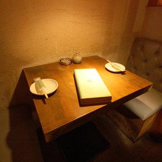 1Fの2名様用テーブル席。周りが囲まれていて、落ち着いた空間!