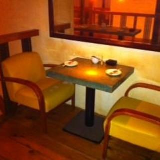 2Fのテーブル席(2名様で会話を楽しめる、ちょっと落ち着いた空間♪)