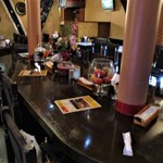 カシミール - 店内の中心にある 9人用 楕円形のテーブル。