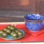 宇治川餅 - 熱めのお茶と味わってください。