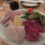 酒場のシャトル - 最初は福岡の宴会には欠かせない新鮮な魚の刺身の盛り合わせから。  料理は大体4人分づつ一皿に盛られて出てきました。