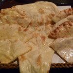 プラーナ - ナン(左:チーズ 中:プレーン 右:アーモンド)