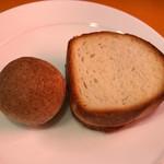 オステリア ウマーノ - 自家製フォカッチャと全粒粉のパン